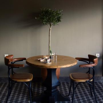 Δυό καρέκλες σε εσωτερικό τραπέζι