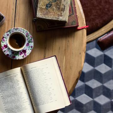Καφές και βιβίο πάνω σε τραπέζι