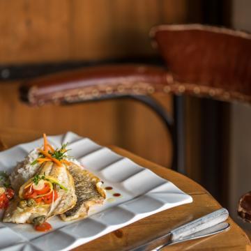 Φιλέτο τσιπούρας με κάπαρη και δεντρολίβανο | Η απαλότητα του ψαριού, η σπιρτάδα της καπαρης και το άρωμα του δεντρολίβανου είναι ο τέλειος συνδυασμός για ενα ισορροπημένο πιάτο!