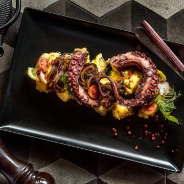 Χταπόδι με φάβα και καραμελωμένα κρεμμύδια | Τρία απλά υλικά, τόσο δεμένα μεταξύ τους. Ένα ιδιαίτερο πάντρεμα γεύσεων, πάντα με γνώμονα την παραδοσιακή γαστρονομική κουλτούρα!