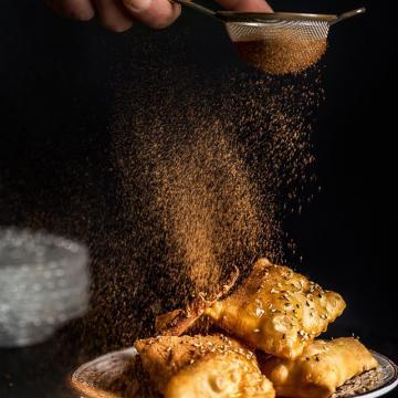Τυροπιτάκια με μέλι σουσάμι και κανέλλα